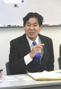 記者会見で決意を語る小柳氏=5日、東京都台東区