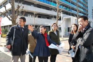 赤羽台のUR団地を視察する池内さおり衆院議員(右から3人目)と、案内するさがらとしこ区議(同4人目)=11日、東京都北区