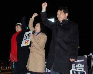 「原発いらない」とコールする(右から)宮本、吉良、本村の各氏=13日、国会正門前