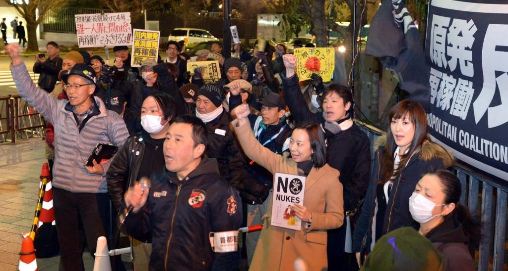 (写真)「原発なくせ」「再稼働反対」と唱和する人たち。中央右は吉良よし子参院議員=6日、首相官邸前