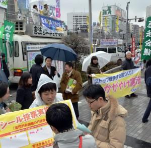 「戦争する国づくり」を許さないと宣伝する憲法共同センターの人たち=9日、東京・新宿駅東口