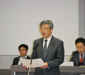 予算組み替え案を説明する曽根はじめ都議=25日、東京都議会