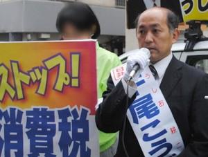 街頭で有権者に訴える牛尾候補=20日、東京都千代田区