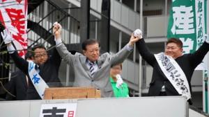 聴衆から声援をうける(左から)山本区議候補、市田副委員長、赤羽目区議候補=24日、江東区