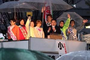 7人の区議候補と共に訴える小池晃副委員長(右から3人目)=13日、東京都品川区