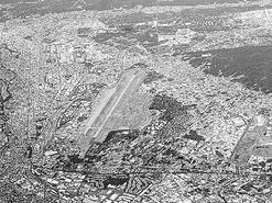 (写真)市街地に囲まれた米空軍横田基地(2012年撮影)