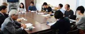 国民連合政府の提案について懇談する宮本議員(左端)と若者憲法集会実行委員会の青年たち=22日、東京都内(写真は「しんぶん赤旗」提供)