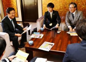 国民連合政府提案について懇談する(こちら向き左から)小林市長、山添、今村の各氏=27日、東京都小平市(「しんぶん赤旗」提供)