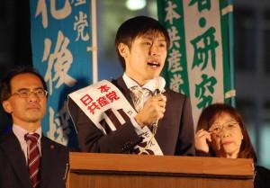 戦争法廃止への決意を訴える山添氏(中央)=29日、新宿西口(「しんぶん赤旗」提供)