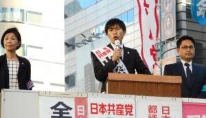 訴える山添参院東京選挙区候補(中央)と労働者後援会の人たち=6日、JR池袋東口(「しんぶん赤旗」提供)