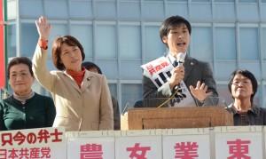 戦争法廃止を訴える山添拓候補(右から2人目)と田村智子参院議員(同3人目)=19日、東京都新宿区(「しんぶん赤旗」提供)