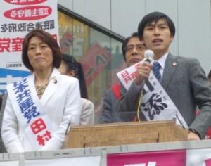 訴える田村(左)、山添(右)ら=23日、東京都立川市