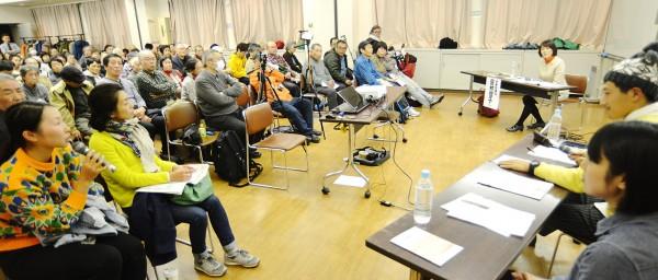 田村氏(右奥)に質問する女性(手前左)=5日、東京都杉並区(「しんぶん赤旗」提供)