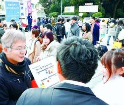 (写真)若者たちと対話がはずんだ日本共産党と日本民主青年同盟の街頭宣伝=11日、東京都渋谷区(「しんぶん赤旗」提供)