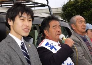 山添参院東京選挙区候補(左)の応援を受け第一声をあげる平川候補(中央)。右は寺本恒(「しんぶん赤旗」提供)