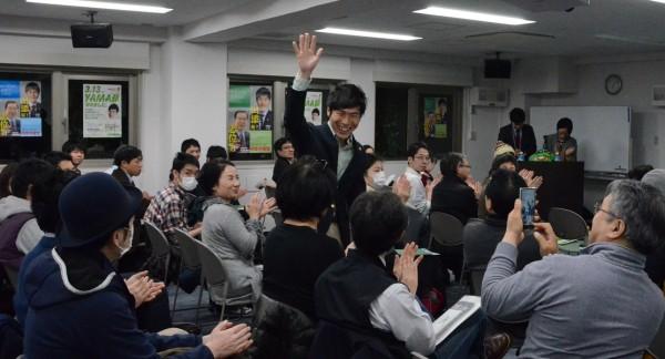 参加者の応援にこたえる山添拓参院東京選挙区候補=13日、東京都新宿区(「しんぶん赤旗」提供)