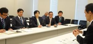国土交通省から聞き取りを行う宮本徹衆院議員(左から2人目)ら=東京都千代田区)(「しんぶん赤旗」提供)