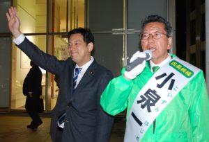 街頭で訴える小泉一候補と宮本徹衆院議員=13日、東京都目黒区(「しんぶん赤旗」提供)