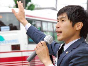 街頭で訴える山添氏=17日、東京都狛江市(「しんぶん赤旗」提供)