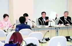 (写真)舛添都知事の新たな公私混同疑惑について記者会見する日本共産党都議団=31日、都庁