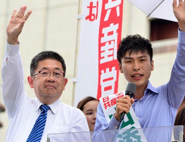 小池晃書記局長(左)とともに訴える山添拓候補=25日、東京都八王子市