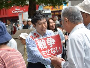 街頭の人たちと握手する山添択参院東京選挙区候補=6月30日、東京都北区 (「しんぶん赤旗」提供)
