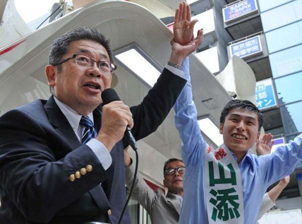 日本共産党の比例での躍進と、山添選挙区候補(右)の勝利を訴える小池書記局長。後ろは松村都議=6日、東京都練馬区