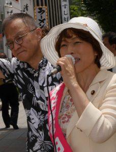 笠井亮衆院議員とともに訴える田村智子参院比例候補=8日、東京都中央区・築地4丁目交差点