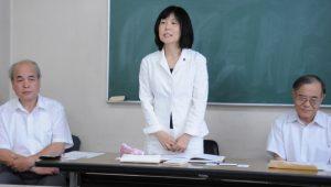 記者会見で立候補の決意を述べる原氏(中央)=25日、東京都東久留米市(「しんぶん赤旗」提供)