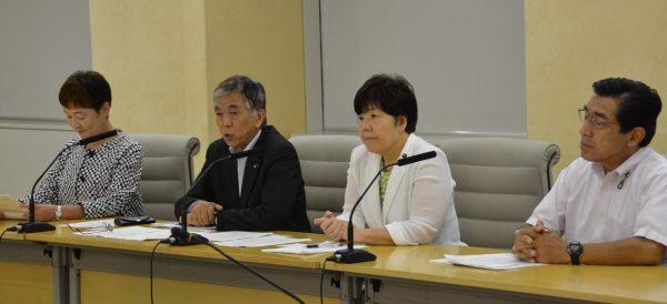 会見する(左から)大山とも子、吉田信夫、あぜ上三和子、徳留道信の各都議=30日、東京都庁 (「しんぶん赤旗」提供)