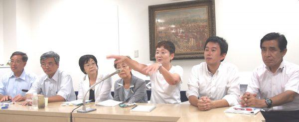 豊洲新市場青果棟の調査後、記者団に説明する日本共産党都議団=14日、東京都庁
