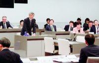 (写真)4人の元中央市場長を問いただす、そねはじめ都議=18日、都議会