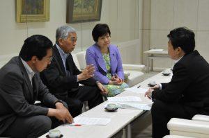 野田知事特別秘書(右)に申し入れる(左へ)あぜ上三和子、吉田信夫、とくとめ道信の各都議=16日、都庁