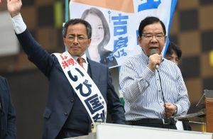 いび匡利都議候補(左)とともに訴える志位和夫委員長=27日、東京・調布駅北口