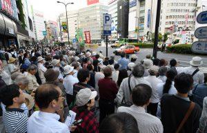志位和夫委員長の訴えを聞く人たち=3日、東京・池袋東口