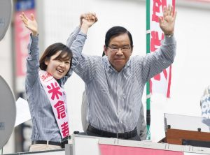 声援に応える志位委員長(左)と米倉都議(右)=3日、東京都豊島区