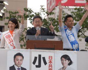 佐藤伸(右)、藤田りょうこ(左)両都議候補の必勝を訴える小池晃書記局長=9日、東京都大田区