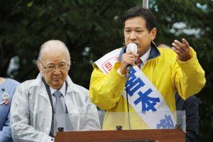 不破哲三前議長(左)の応援を受け訴える宮本徹候補