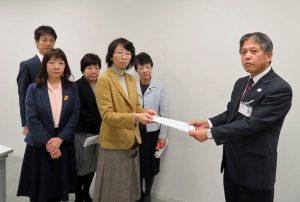 都教育庁の江藤人事部長(右端)に申し入れる、(右2人目から)清水、里吉、あぜ上、とや、池川の各都議