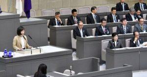 質問する米倉春奈都議(左)=6日、東京都議会