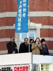 全国全都の労働者後援会とともに訴える吉良よし子参院議員(右から2人目)、あぜ上三和子都議(右端)ら=10日、東京都千代田区