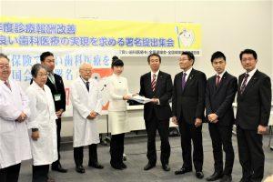 日本共産党の田村衆院議員(右端)、山添参院議員(右から2人目)ら国会議員(右側)に請願署名を手渡す参加者=25日、衆院第1議員会館