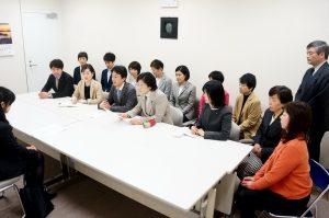 都に「無期雇用逃れ」対策を申し入れる党都議団=2日、東京都議会