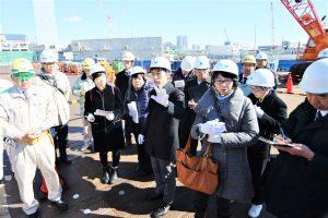 事故が起きた選手村建設現場を視察する山添議員=6日、東京都中央区晴海