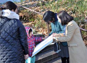公園で中学校給食のあり方を問うシール投票に取り組む右から共産党の吉良よし子参院議員と田中美穂市議候補=1月11日、東京都町田市