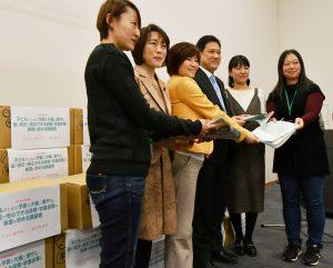 子どものための予算増額を求める署名を受け取る、田村智子副委員長(左から2人目)と、その右へ宮沢由佳参院議員(民進党)、宮本徹衆院議員=27日、衆院第1議員会館