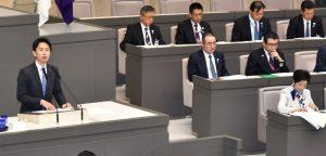 代表質問をする白石都議。右は小池都知事=1日、東京都議会本会議