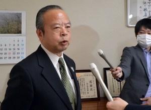 記者の質問に答える高橋市長=5日、狛江市役所内