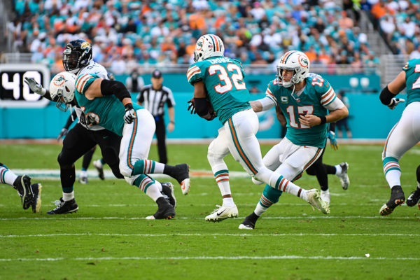 Miami Dolphins quarterback Ryan Tannehill (17) hands off to Miami Dolphins running back Kenyan Drake (32)