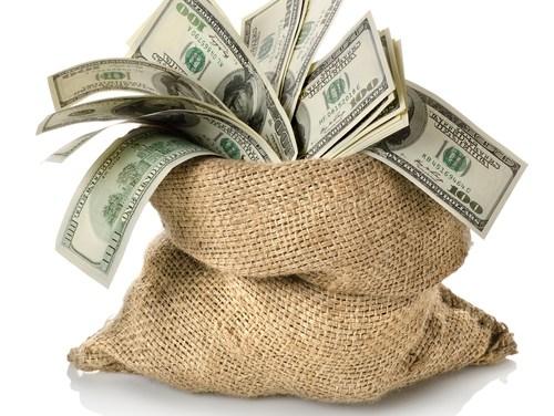 Trois étudiants découvrent 40.000 dollars dans leur canapé